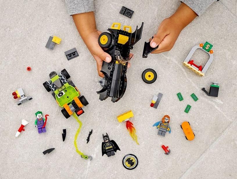 Конструктор LEGO Super Heroes Batman VS The Joker Batmobile Chase 76180, 136 шт.